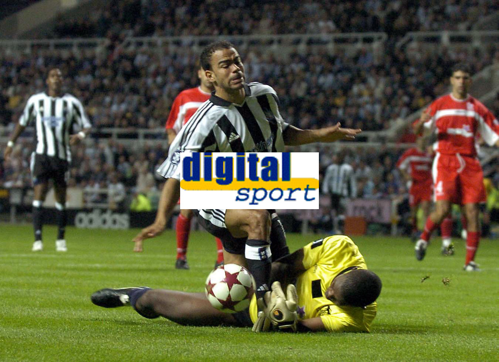 Photo. Glyn Thomas. <br /> Newcastle United v Hapoel Bnei Sakhnin. <br /> UEFA Cup, 1st round, 1st leg. 16/09/2004.<br /> Newcastle's Kieron Dyer (L) is thwarted by Energy Murambadoro<br /> NORWAY ONLY