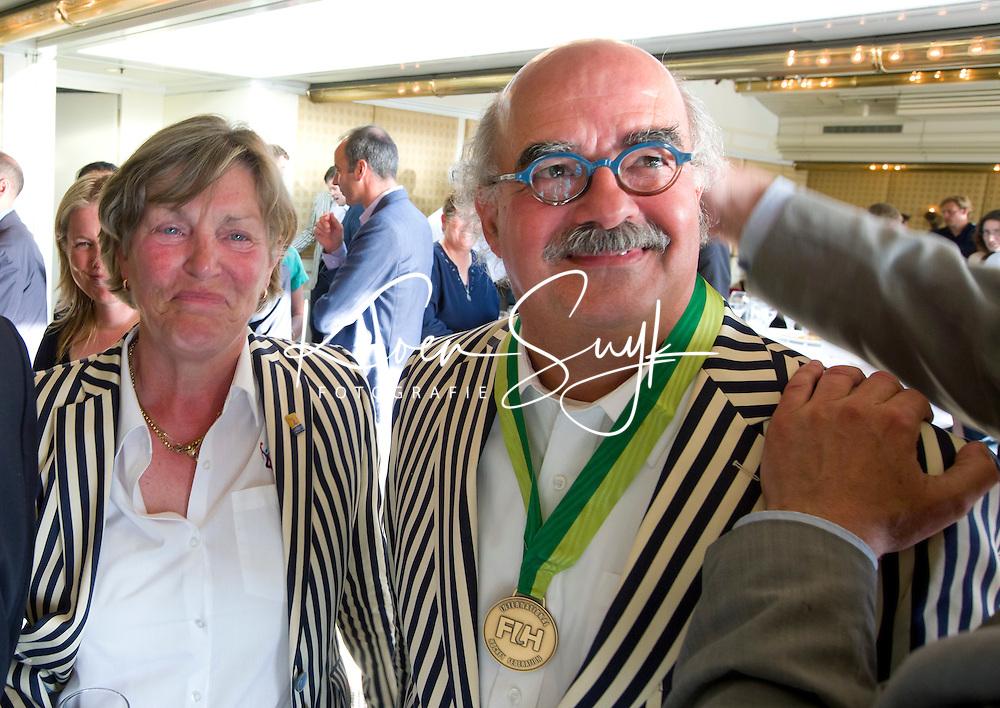 DEN HAAG (Scheveningen) - Johan Wakkie, directeur KNHB ontvangt de Order of Merit van de FIH. Links Heleen Welschen . COPYRIGHT KOEN SUYK
