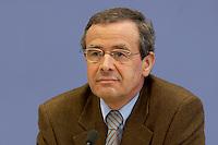 04 MAR 2004, BERLIN/GERMANY:<br /> Franz Ruland, Geschaeftsfuehrer Verband Deutscher Rentenversicherer, VDR, waehrend einer Pressekonferenz, Bundespressekonferenz<br /> IMAGE: 20040304-03-004