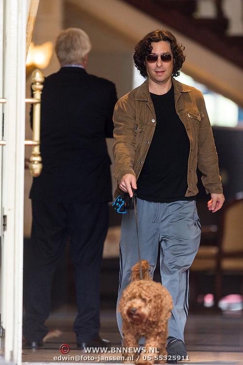 NLD/Amsterdam/20130612 - Barbra Streisand vertrekt uit Nederland na concertreeks, zoon Jason Gould met hond