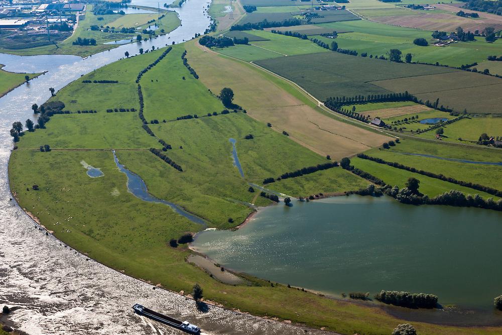 Nederland, Gemeente Voorst, De Voorster Klei, 06-09-2010; uiterwaarden langs de IJssel. In het gebied rechts van de dijk (diagonaal in het midden) zal in het kader van Ruimte voor de Rivier een nieuwe dijk aangelegd worden, de bestaande dijk wordt gedeeltelijk afgegraven. Door de dijkverlegging zal er bij hoogwater een waterstanddaling optreden. .Floodplains along the river IJssel. In the area right of the dike (diagonally in the middle) a new dike will  be build, the existing dike will be partially excavated. Creating more 'room for the river' will decrease the high water (flood) level..luchtfoto (toeslag), aerial photo (additional fee required).foto/photo Siebe Swart