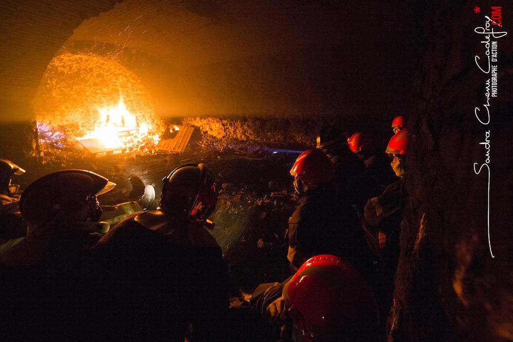 Stage incendie au Fort de Domont de JSP et SPV du SDIS Marne. Travail de désincarcération et réalisation de brûlages contrôlés à divers niveaux à des fins de formation aux techniques d'extinction.  <br /> Mai 2016 / Domont (95) / FRANCE<br /> Voir le reportage complet (97 photos)<br /> http://sandrachenugodefroy.photoshelter.com/gallery/2016-05-Stage-SDIS-Marne-a-Domont-Complet/G0000.JViGkvl6zE/C0000yuz5WpdBLSQ
