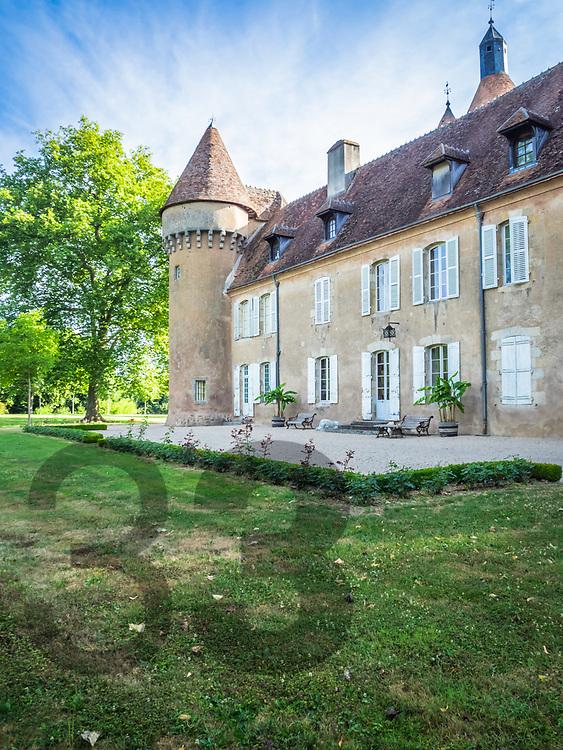 Le Château de La Motte-Feuilly est un château-fort médiéval datant de la fin du XIVème et du début du XVème siècles. Son plus notable propriétaire fut certainement Charlotte d'Albret, épouse délaissée de César Borgia.