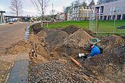 Nederland, Nijmegen, 16-11-2020  Herinrichting van de Nijmeegse Waalkade. De kade is door de gemeente gedeeltelijk verlaagd en heeft een groenere inrichting gekregen .  Hierdoor is er meer groen en meer ruimte voor recreatie en voetgangers. Helaas is het gras wat de glooiende kade moet bedekken niet voldoende gegroeid. Een gespecialiseerd bedrijf gaat nu een bewateringssysteem aanleggen om regelmatig water te sproeien en irrigatie te bevorderen.Foto: ANP/ Hollandse Hoogte/ Flip Franssen