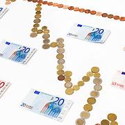 Nederland Barendrecht 29 maart 2009 20090329 Foto: David Rozing ..dalende grafiek in euromunten, zakken, dalen, minder waard worden, index, in het rood gaan, waarde vermindering, dip, recession, dalende, indexgrafiek, grafieken, in de min gaan, mineur, pessimisme, teruglopend, teruglopende resultaten, tegenvallend, tegenvallenden, waardevermindering, beursindex, beurs, bel, bubble, valuta, betaalmiddel, kosten,betaalmiddelen,recessie, kredietcrisis, economie, negatief, negatieve, zwakke econonomie, zakken, zakkende, verslechteren, minder waard worden, aandelen, kapitaalafname, afnemen, afname, .money , euro stockbeeld, stockfoto, stock, studio opname, illustratie, kosten,papiergeld,biljet,biljetten,bankbiljet,bankbiljetten,eurobiljet,eurobiljetten, .Foto: David Rozing