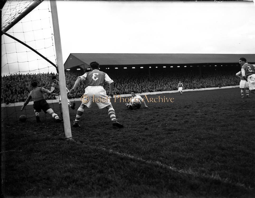 02/11/1952<br /> 11/02/1952<br /> 02 November 1952<br /> Waterford v St. Patrick's Athletic at Milltown, Dublin.