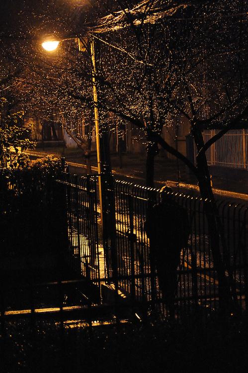 """""""Deambulo por las calles de esta ciudad, a extrañas horas de la noche, como es costumbre en mí; buscando un no sé qué, un nuevo aire que respirar, tratando de saciar algo que llevo dentro, algo que siempre tuve. <br /> <br /> Soy el último en irme y el primero en llegar.<br /> <br /> Sólo la impasible e incansable soledad pondrá el lobo a dormir una vez más"""".<br /> <br /> El vigilante canadiense / Santiago de Chile."""