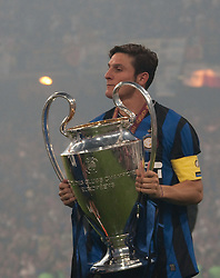22.05.2010, Estadio Santiago Bernabeu, Madrid, ESP, UEFA Champions League Finale 2010, Bayern Muenchen vs Inter Mailand, Finale, im Bild Milan's defender Javier Zanetti (captain) with the trophy for winning the  Champions League final contested. EXPA Pictures © 2010, PhotoCredit: EXPA/ Mitchell Gunn