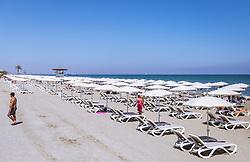 THEMENBILD - Touristen mit Sonnenliegen und Sonnenschirme am Mackenzie Beach an einem heissen Sommertag, aufgenommen am 16. August 2018 in Larnaka, Zypern // Tourists with sunbeds and umbrellas at Mackenzie Beach on a hot summer Day, Larnaca, Cyprus on 2018/08/16. EXPA Pictures © 2018, PhotoCredit: EXPA/ JFK