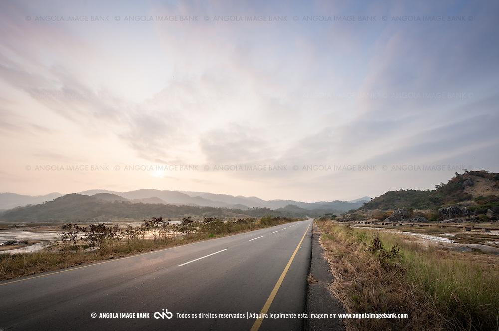 A estrada Sumbe > Gabela que aqui atravessa as Salinas-do-Sumbe. Kwanza Sul, Angola.