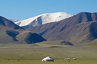 Mongolie. Province de Bayan Olgii. Yourte kazakh devant le Tsambagarav Uul. // Mongolia. Bayan Olgii province. Kazakh yurt and Tsambagarav Uul mountain.