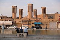 Iran, Yazd, 02.09.2016: Eine Zisterne mit 5 Badgiren (Windtürmen) zur Kühlung eines unterirdischen Wasserspeichers in Yazd, Provinz Yazd, Zentral-Iran.