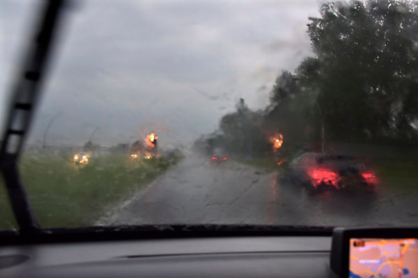 Nederland, Elst, 22-5-2018Een zware onweersbui hindert het zicht op de weg tussen arnhem en nijmegen .Foto: Flip Franssen