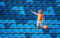 RIO DE JANEIRO  -  Oranje supporter maakt selfie op lege tribune  tijdens   de halve finale hockey dames  Nederland-Duitsland (1-1),   tijdens de Olympische Spelen. Nederland wint shoot outs en is door naar de finale. .   COPYRIGHT KOEN SUYK