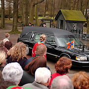 Overbrengen overleden prinses Juliana van paleis Soestdijk naar Noordeinde, , lijkwagen, publiek