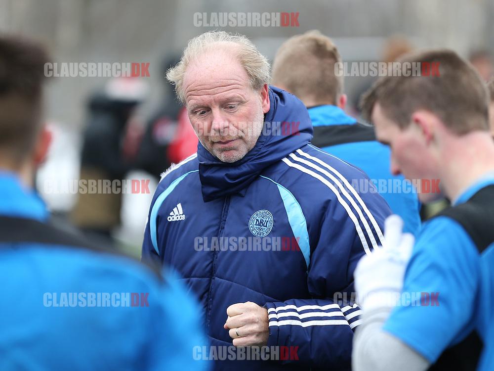 Cheftræner Palle Olsen (Roskilde KFUM) taler med sine spillere i pausen.
