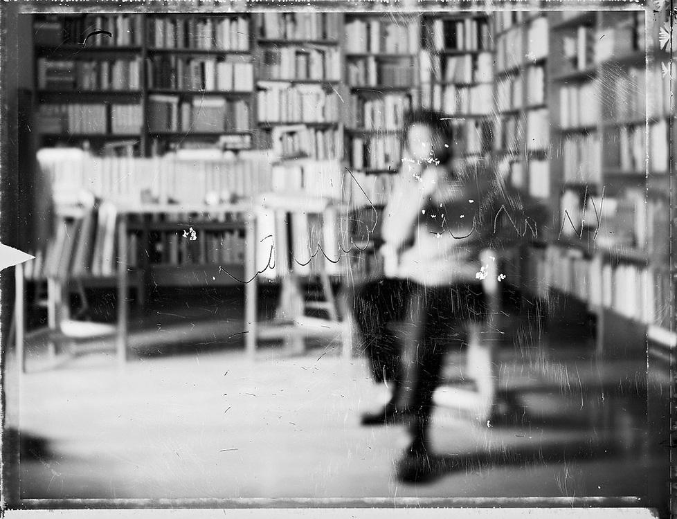 """Venezia - """"Pesantamente Fuori Fuoco"""": Massimo Cacciari, filosofo, sindaco di Venezia, nel suo studio privato - Firma autografa graffita su pellicola originale."""