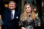 """AMSTERDAM, 27-04-2021, Carre<br /> <br /> Koninklijke familie komt aan bij Carre in verband met de TV opnamen van """"Koningin Maxima een leven vol Muziek"""" /// Royal family arrives at Carré in connection with the TV recordings of """"Queen Maxima a life full of Music"""" <br /> <br /> Op de foto: Koning Willem-Alexanderen Prinses Amalia Foto: Patrick van Emst/Brunopress"""