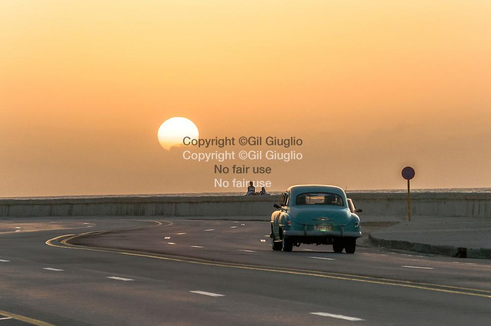 Cuba, La Havane, circulation sur Malecon au niveau du quartier Vedado // Cuba, Havana, traffic on Malecon, area of Vedado quarter