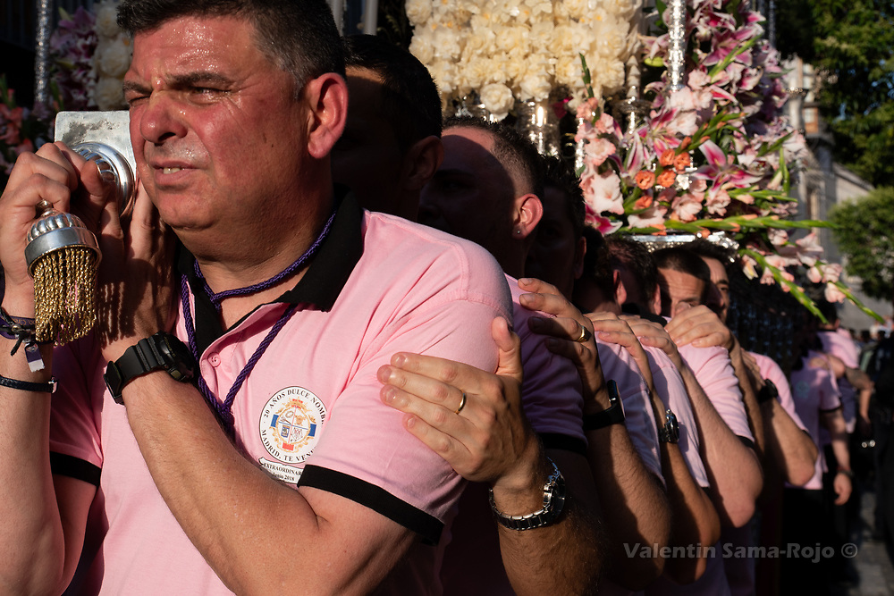 Madrid, Spain. 23rd June, 2018. Men carrying the 'paso' holding the shoulders of eachothers during the procession held in Madrid. © Valentin Sama-Rojo