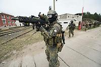 """03 APR 2012, LEHNIN/GERMANY:<br /> Kampfschwimmer der Bundeswehr trainieren """"an Land"""" infanteristische Kampf, hier Haeuserkampf- und Geiselbefreiungsszenarien auf einem Truppenuebungsplatz<br /> IMAGE: 20120403-01-094<br /> KEYWORDS: Marine, Bundesmarine, Soldat, Soldaten, Armee, Streitkraefte, Spezialkraefte, Spezialkräfte, Kommandoeinsatz, Übung, Uebung, Training, Spezialisierten Einsatzkraeften Marine, Waffentaucher"""