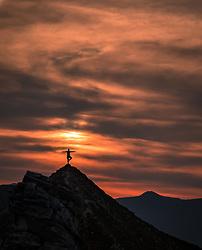 THEMENBILD - Silhouette einer Wanderin bei Sonnenaufgang auf einem Berggipfel. Die Grossglockner Hochalpenstrasse verbindet die beiden Bundeslaender Salzburg und Kaernten mit einer Laenge von 48 Kilometer und ist als Erlebnisstrasse vorrangig von touristischer Bedeutung, aufgenommen am 06. August 2018 in Fusch an der Glocknerstrasse, Österreich // Silhouette of a hiker at sunrise on a mountain peak. The Grossglockner High Alpine Road connects the two provinces of Salzburg and Carinthia with a length of 48 km and is as an adventure road priority of tourist interest, Fusch an der Glocknerstrasse, Austria on 2018/08/06. EXPA Pictures © 2018, PhotoCredit: EXPA/ JFK