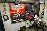 Nederland, Olst, 20-9-2007Interieur van een commandobunker als onderdeel van de IJssellinie in de jaren 60. Doel van het verdedigingswerk was bij een russische aanval het gebied tussen kampen en Nijmegen onder water te zetten,innunderen, om tijdwinst te boeken. Hiervoor waren op verschillende plaatsen inlaten gemaakt. Deze waren in de dijk gebouwd en konden geopend worden om het land binnendijks onder water te zetten. Kanonnen moesten deze inlaatplaatsen beschermen. Vrijwilligers hebben voor behoud van diverse objecten gezorgd.Foto: Flip Franssen/Hollandse Hoogte