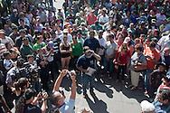 La folla e la stampa accolgono Beltran alias grande puffo.