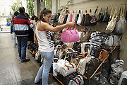 Turkije, Istanbul, 4-6-2011Straatbeeld. Markt, bazar, bazaar. Vrouw bekijkt tassen.Foto: Flip Franssen
