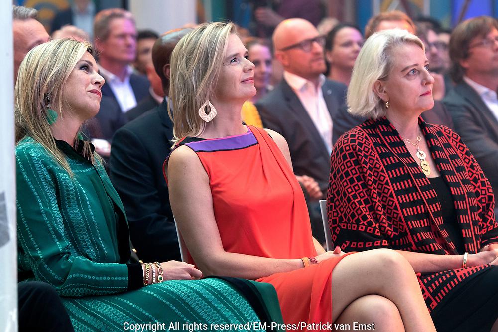 Koning Maxima is als lid van het Nederlands Comite voor Ondernemerschap en Financiering, aanwezig bij de uitreiking van de 8e LOEY Awards, de prijzen voor de beste online ondernemer van het jaar. <br /> <br /> King Maxima is a member of the Dutch Committee for Entrepreneurship and Finance, presenting the 8th LOEY Awards, the award for the best online entrepreneur of the year.<br /> <br /> Op de foto / On the Photo: <br /> <br />  Aankomst Koningin Maxima / Arrival Queen Maxima