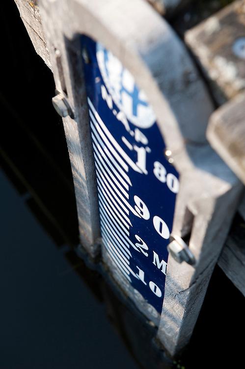 Nederland, Wilnis, 24 sept  2011.Groene Hart van Nederland. Kleine waterstuw in een sloot waarmee het waterpeil geregeld kan worden...Foto (c): Michiel Wijnbergh