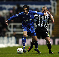 Fotball<br /> FA-cup 2005<br /> Newcastle v Chelsea<br /> 20. februar 2004<br /> Foto: Digitalsport<br /> NORWAY ONLY<br /> Chelsea's Tiago (L) holds off Newcastle's Stephen Carr.