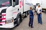 NIEUWEGEIN, 14-07-2021, E & R Opleidingen<br /> <br /> Koningin Maxima tijdens een werkbezoek aan de sector Transport en Logistiek in Nieuwegein. Het werkbezoek staat in het teken van 'meer vrouwen in de sector.' Tijdens diverse gesprekken wordt gesproken met vrouwen in verschillende fases van hun carrière als vrachtwagenchauffeur, waarom zij voor dit beroep kiezen en hoe zij een beroep in de sector ervaren.