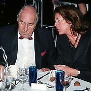 Premiere Dinnershow 2000, Willem Duys pratend met een dame