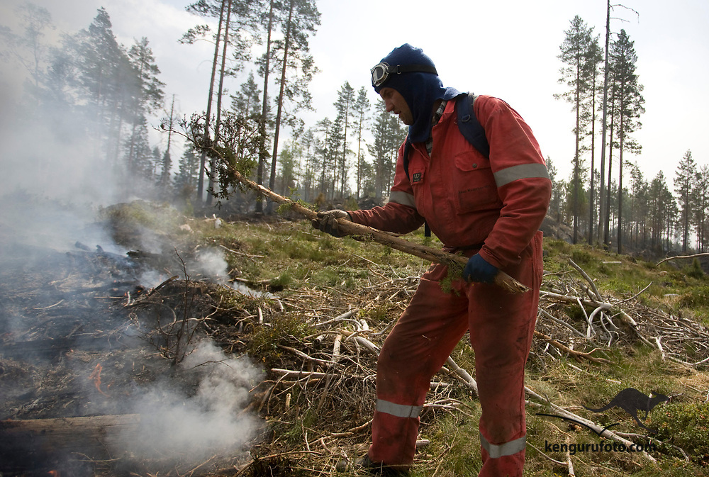 FROLAND, AUST-AGDER, 20080613:<br /> Frivillige fra lokalbefolkningen prøver å holde skogbrannen under kontroll ved Øvre Lauvrak i Froland fredag.<br /> Foto: Tor Erik Schrøder / SCANPIX