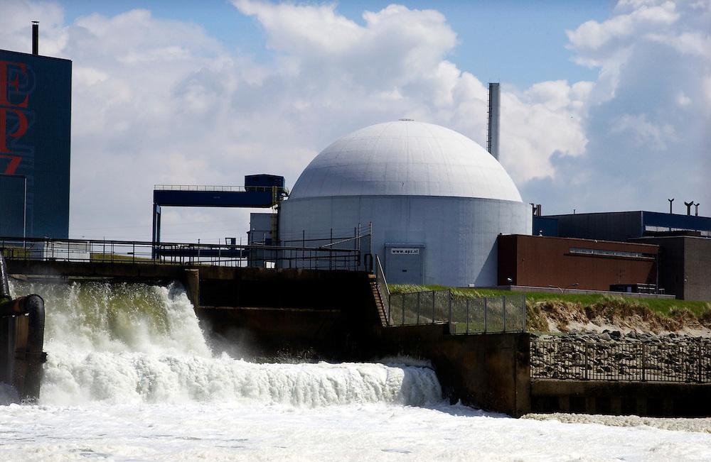 Nederland, Vlissingen/Borssele, 17 mei 2003<br />Kerncentrale Borssele. De koelwateruitlaat van de centrale veroorzaakt veel schuim op het water door de hoge temperatuur. <br />energie-opwekking, kernenergie<br /><br />Foto (c) Michiel Wijnbergh/Hollandse Hoogte