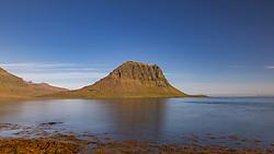 THEMENBILD - der 463 Meter hohe Berg Kirkjufell ist das Wahrzeichen der Stadt Grundarfjoerour am Ende des gleichnamigen Fjordes an der Nordküste von Snæfellsnes., aufgenommen am 14. Juni 2019 in Island // the 463 meter high mountain Kirkjufell is the landmark of the city Grundarfjoerour at the end of the fjord of the same name on the north coast of Snæfellsnes., Iceland on 2019/06/14. EXPA Pictures © 2019, PhotoCredit: EXPA/ Peter Rinderer