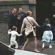 Huwelijk Patrick Kluivert en Angela van Hulten Amsterdam, Ronald de Boer met en kinderen arriveren bij de kerk