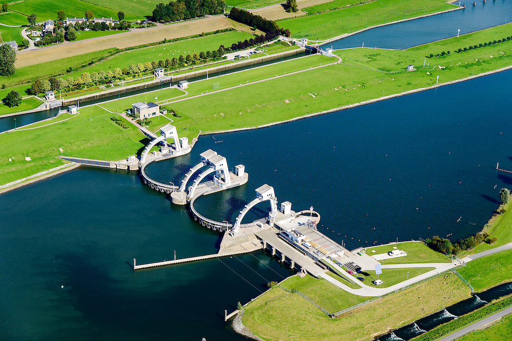 Nederland, Gelderland, Gemeente Utrechtse Heuvelrug, 26-06-2013; Sluis- en Stuwcomplex Amerongen in de Neder-rijn. Ook bekend als Stuw Maurik. De stuw reguleert waterniveau in de Neder-rijn. Direct naast de stuw de waterkrachtcentrale van Nuon. Op het stuweiland verder de schutsluis en een vispassage.<br /> Barrage or flood gate in Lower Rhine, regulates waterlevel. Southeast of Utrecht. The Lower Rhine is a rain river, with especially in the winter large amounts of water (melt water), in the summer there is a shortage of water. The weir ensures sufficiently high water level for shipping. Next to the dam the hydroelectric station,  fish ladder and shipping lock.<br /> luchtfoto (toeslag op standaard tarieven);<br /> aerial photo (additional fee required); copyright foto/photo Siebe Swart.