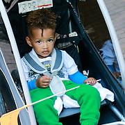 NLD/Amsterdam/20130606 - Alicia Keys met zoontje Egypt op de fiets in Amsterdam onderweg naar haar hotel - Alicia Keys on her bike with her son Egypt, driving to the city of Amsterdam before her concert tour