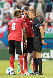 14.06.2016, Stade de Bordeaux, Bordeaux, FRA, UEFA Euro, Frankreich, Oesterreich vs Ungarn, Gruppe F, im Bild David Alaba (AUT), Christian Fuchs (AUT), Referee Clement Turpin (FRA) nach der gelb rote Karte für Aleksandar Dragovic (AUT) // David Alaba (AUT) Christian Fuchs (AUT) Referee Clément Turpin (FRA) after the yellow/red card for Aleksandar Dragovic (AUT) during Group F match between Austria and Hungary of the UEFA EURO 2016 France at the Stade de Bordeaux in Bordeaux, France on 2016/06/14. EXPA Pictures © 2016, PhotoCredit: EXPA/ JFK
