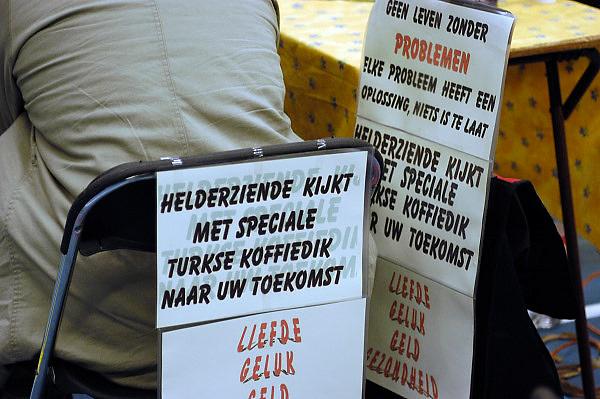 Nederland, Nijmegen, 2-3-2003..Helderziende beveelt zich aan op een paranormaal beurs...New age, bijgeloof, alternatieve geneeskunde..kwakzalverij, suggestie, gezondheid, waarzeggen..Foto: Flip Franssen