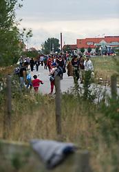 05.09.2015, Grenzbereich, Nickelsdorf, AUT, Flüchtlinge in Österreich angekommen, im Bild Flüchtlinge kommen über die Österreichische Ungarische Grenze // refugees arriving austria in Nickelsdorf on 2015/09/05, EXPA Pictures © 2015, PhotoCredit: EXPA/ Michael Gruber