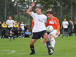 FODBOLD: Martin Harboe (Kastrup) kæmper med Danny Andersen (Helsingør) under kampen i DBU Pokalen mellem Kastrup Boldklub og Elite 3000 Helsingør den 31. august 2011 på Røllikevej, Kastrup. Foto: Claus Birch