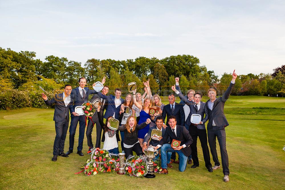 17-05-2015 NGF Competitie 2015, Hoofdklasse Heren - Dames Standaard - Finale, Golfsocieteit De Lage Vuursche, Den Dolder, Nederland. 17 mei. Dames en heren Noordwijkse 1: teams tijdens de prijsuitreiking..