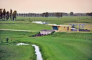 Nederland, the Netherlands, Brummen, 10-5-2018 Het landschap tussen Voorst en Cortenoever, vlakbij Zutphen, is een gebied dat door de IJssel is gevormd. Met uitgestrekte uiterwaarden, stroomruggen en een aantal scherpe rivierbochten. Om het gebied langs de IJssel te beschermen tegen hoogwater zijn op twee plekken dijken landinwaarts verlegd. Zo is er meer ruimte voor de rivier wanneer het nodig is. Bij het verhogen van de waterveiligheid is op een slimme manier gebruik gemaakt van bestaande dijken in het gebied. Die zijn op strategische locaties – in het noorden en zuiden – verlaagd. Bovendien hebben de drempels verschillende hoogten. Daardoor stromen de uiterwaarden bij hoogwater gecontroleerd mee met de rivier en blijft de stroomsnelheid beperkt. Zo treedt er minder schade op. Als de waterstand in de IJssel weer zakt, zakt ook de waterstand in de overstroombare gebieden. Nieuw aangelegde gemalen pompen dan het laatste water uit het gebied, waardoor het snel weer droog is.Foto: Flip Franssen