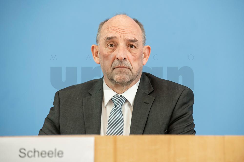 """31 MAR 2020, BERLIN/GERMANY:<br /> Detlef Scheele, Vorsitzender des Vorstandes der Bundesagentur für Arbeit, waehrend einer Pressekonferenz zum Thema """"Zur Lage am deutschen Arbeitsmarkt"""" waehrend der Corona-Krise, Bundespressekonferenz<br /> IMAGE: 20200331-01-006<br /> KEYWORDS: BPK"""