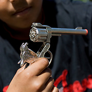 Nederland Rotterdam 24-05-2009 20090524 Foto: David Rozing .                                                                                    .Achterstandswijk Bloemhof Rotterdam Zuid, groepje jongen laat speelgoed pistool zien   Young boy showing off his toy gun  .Foto: David Rozing