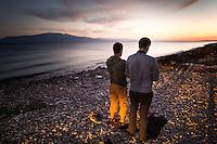 Izmir, Tyrkia, 14.10.2015. Abdullah og Gamshad er fra Afghanistan. På en liten strand noen kilometer nord for den tyrkiske landsbyen Assos ber de sin siste bønn før den farefulle reisen starter. Fotografier til dokument om flyktningkrisen, og Tyrkias rolle. Foto: Christopher Olssøn.