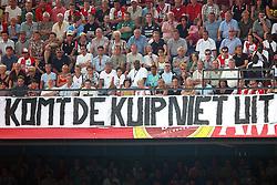 01-06-2003 NED: Amstelcup finale FC Utrecht - Feyenoord, Rotterdam<br /> FC Utrecht pakt de beker door Feyenoord met 4-1 te verslaan / Dirk Kuyt, spandoek vlag